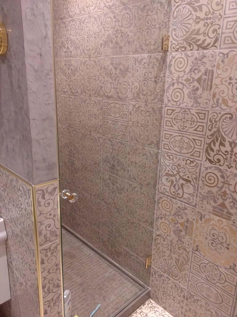 Porte de douche avec bouton finition doré