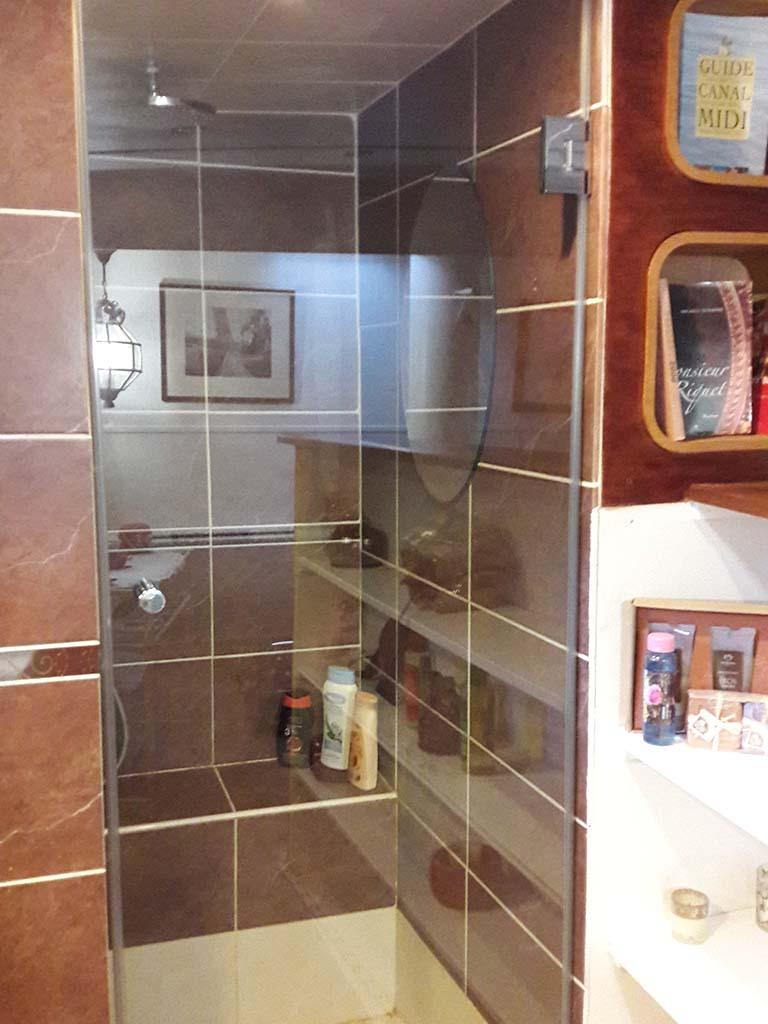 Porte de douche avec bouton de douches et charnières chromé