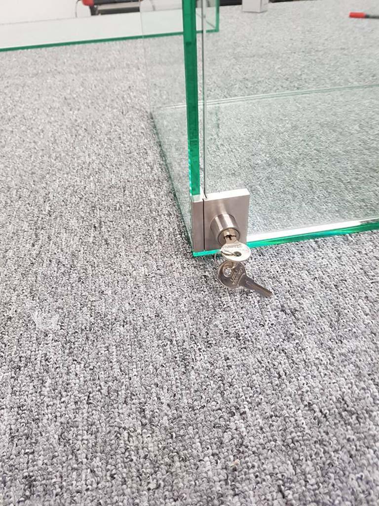 Serrure d'une porte en verre
