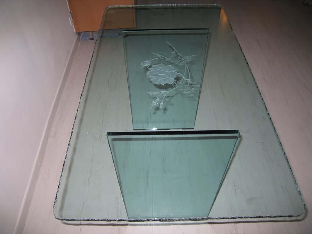 Table en verre clair avec gravure de type rose