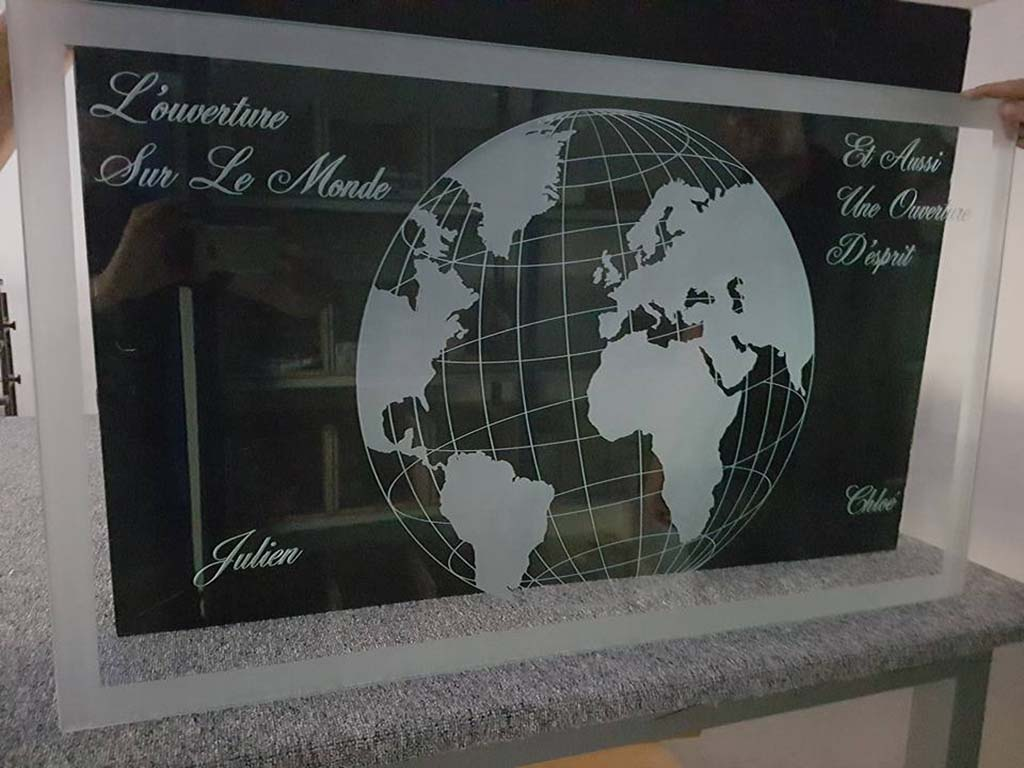 Table en verre gravure globe terrestre et écriture