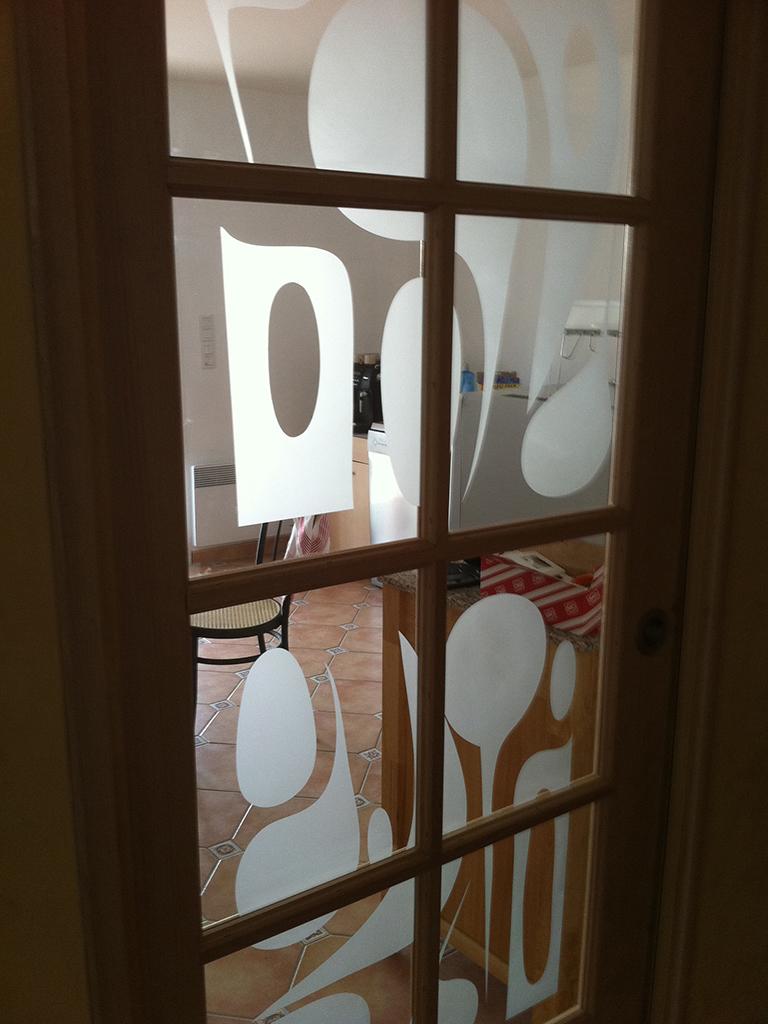 Personnalisation de porte en verre et bois