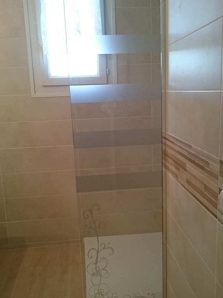 Petite parois fixe dans le prolongement du bac a douche
