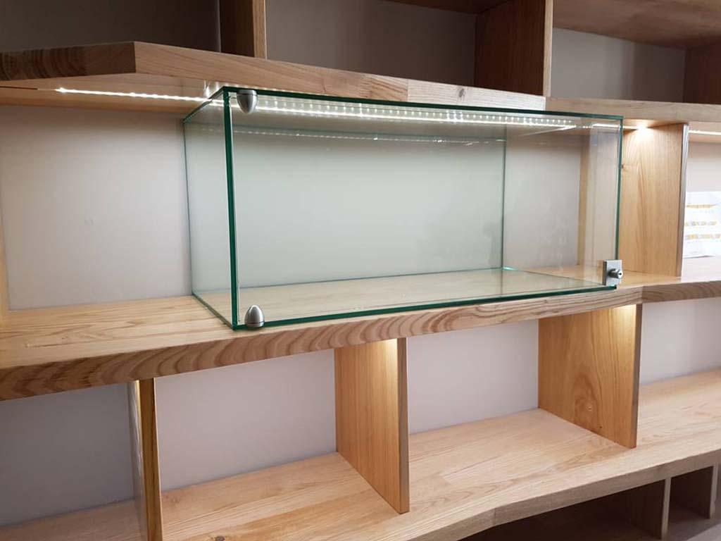 Fabrication d'une vitrine avec assemblage aux UV