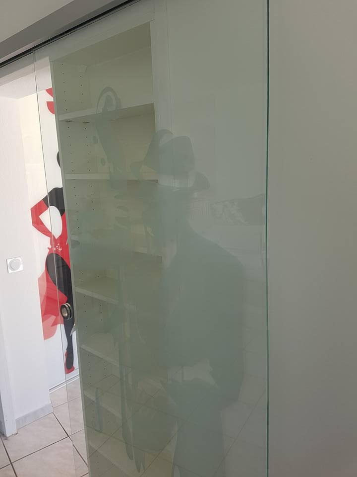 porte coulissante en verre trempé