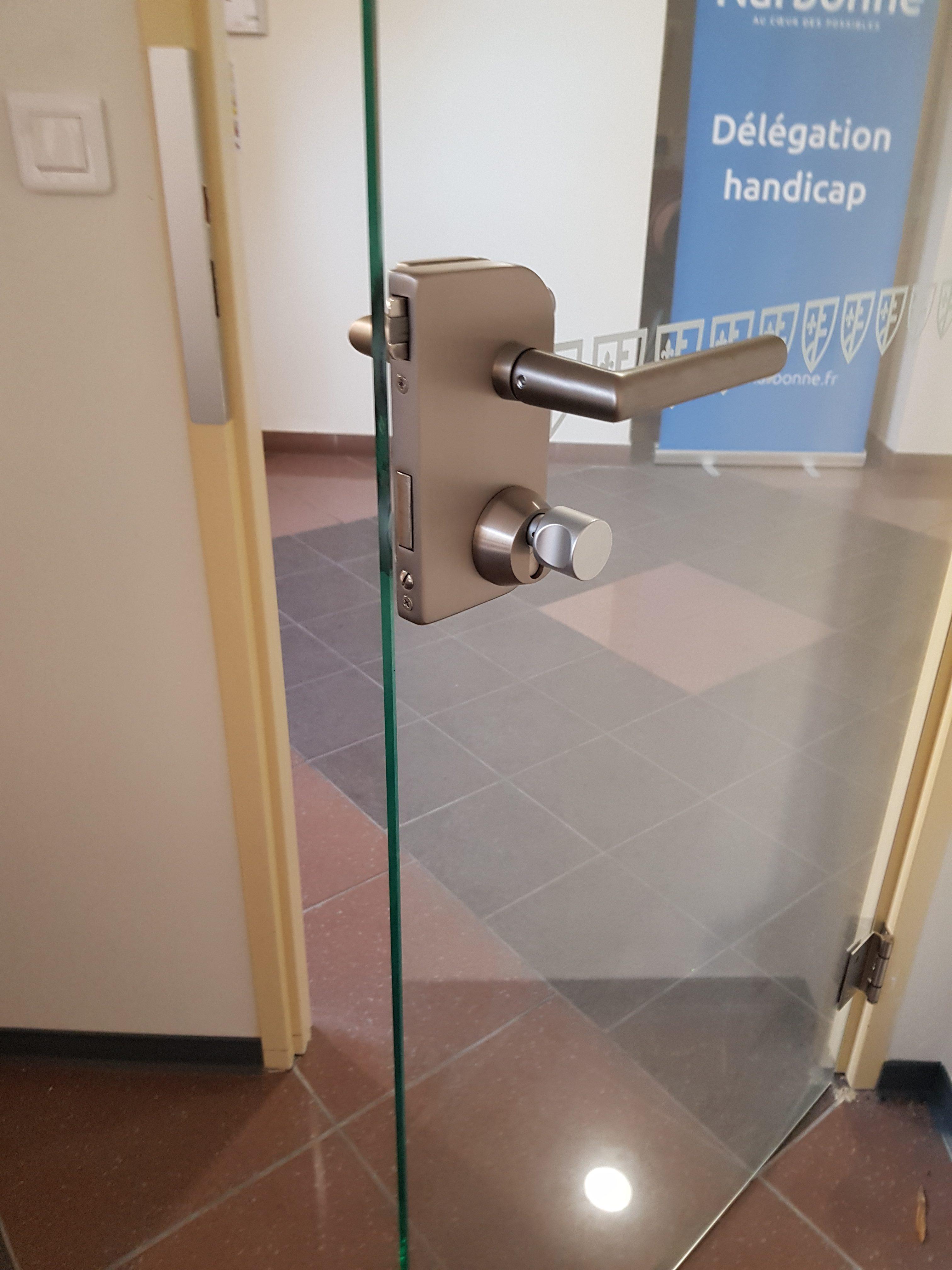 une porte en verre